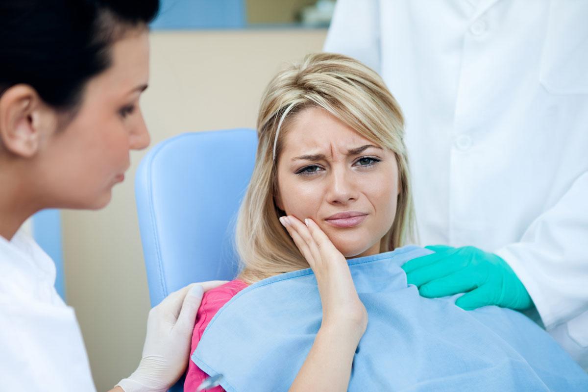 Девушка с зубной болью
