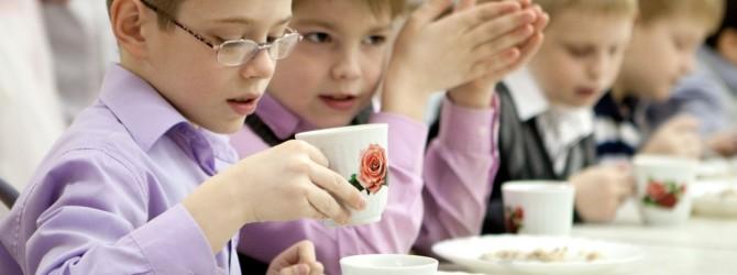 Школьники едят