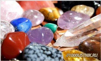 натуральные камни красного, синего, светло-сиреневого, зеленого цветов