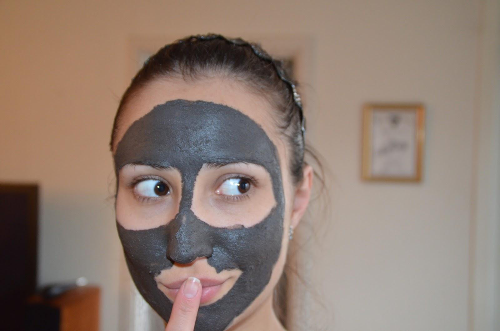 Девушка в маске из чёрной глины