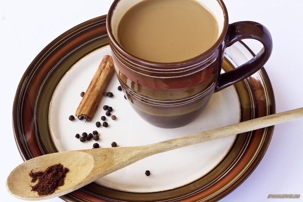 Блюдце, ложка и кружка с чаем из масалы