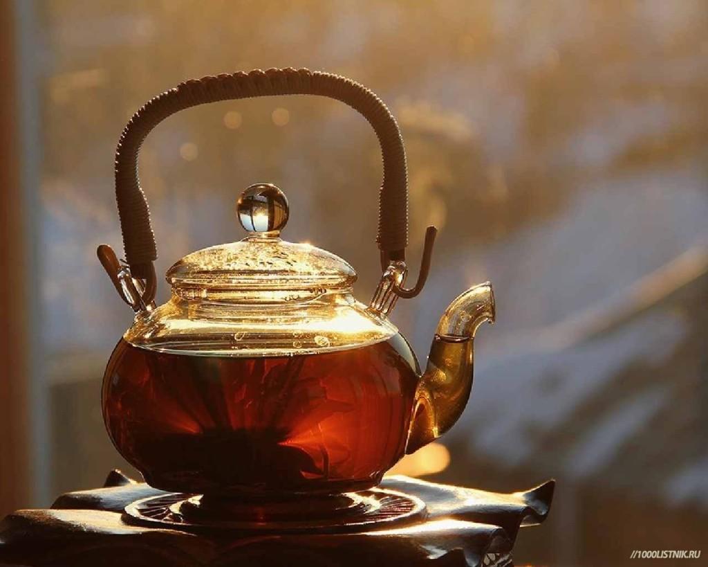 Красивый чайник с чаем