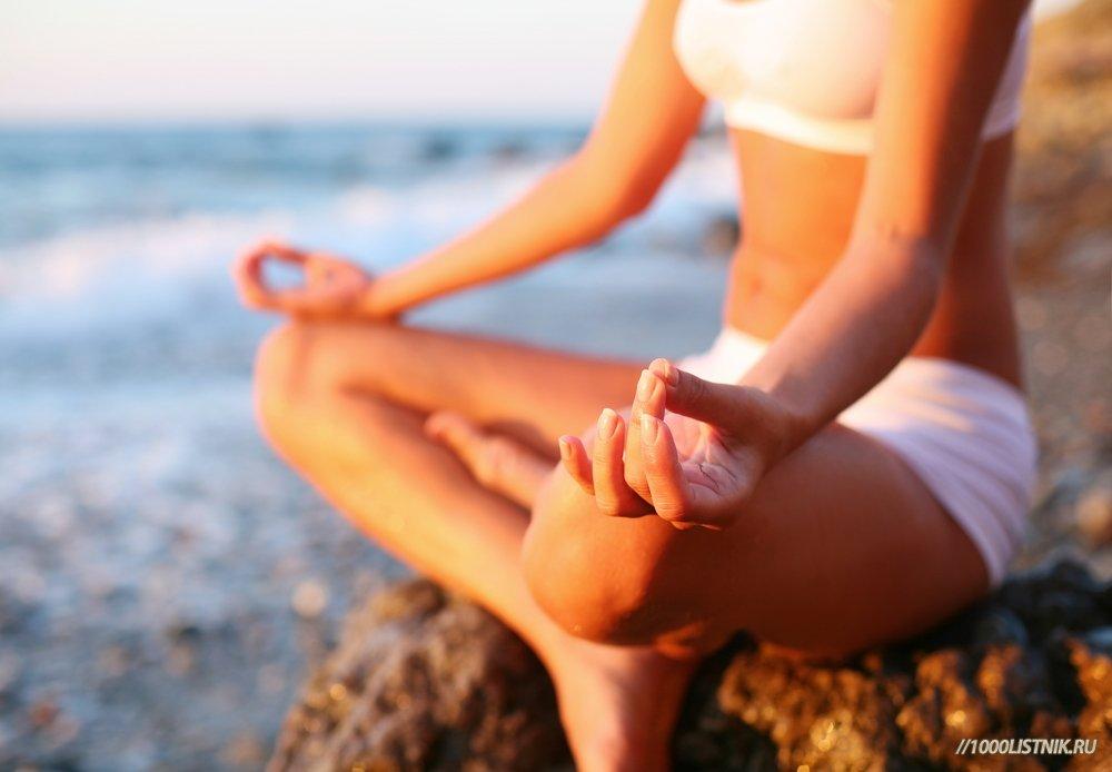 Девушка в позе для медитации