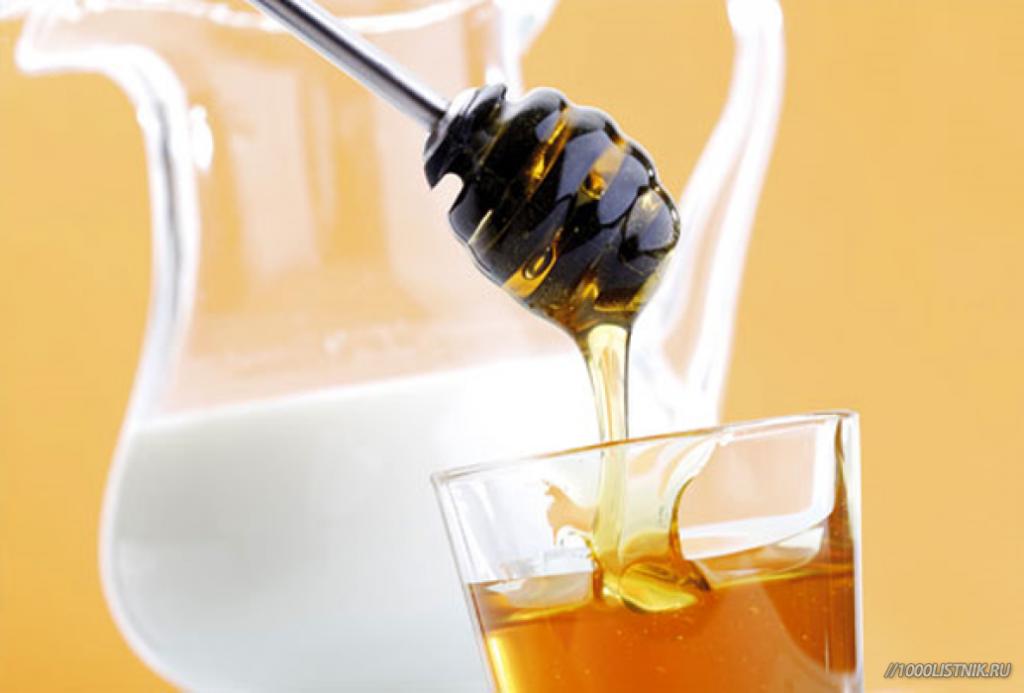 Молоко в графине и мед