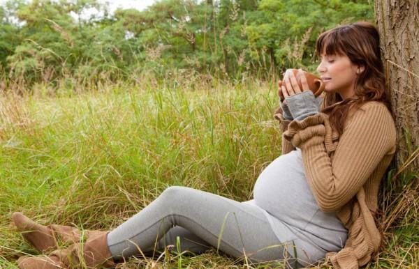 Беременная пьёт чай