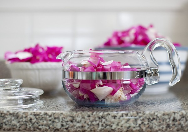 Лепестки роз в заварочном чайнике