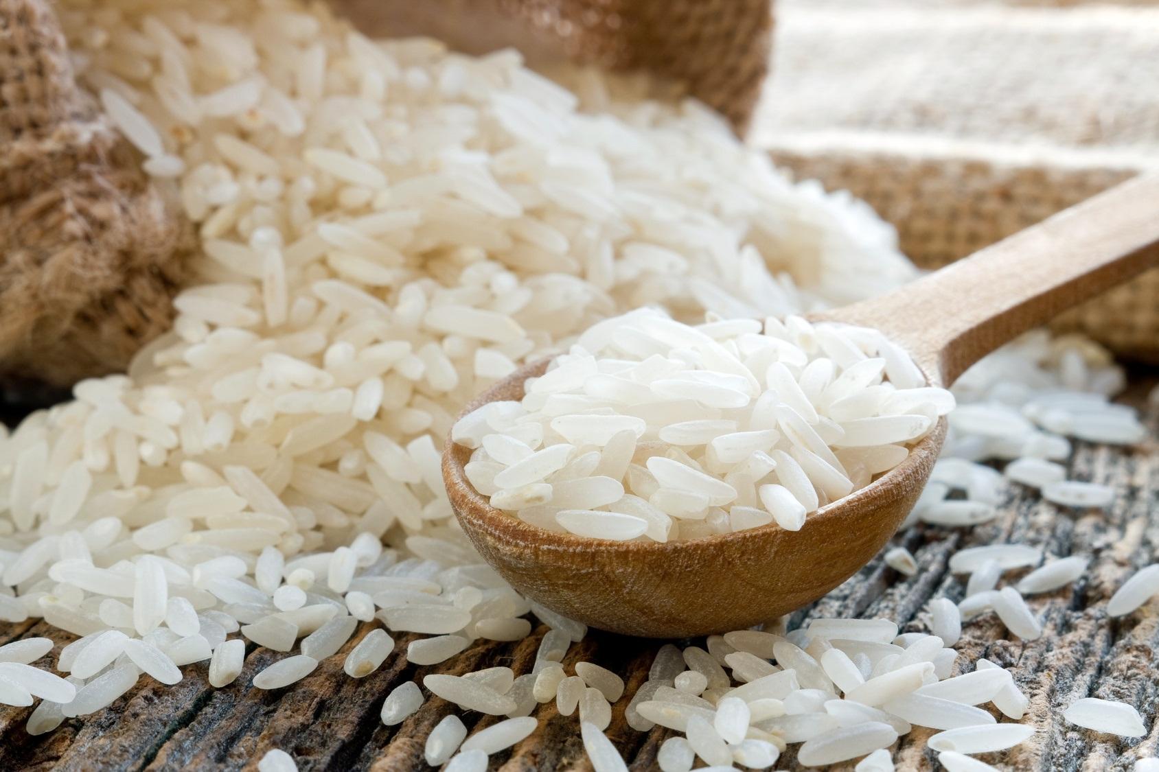 Рис на столе и в ложке