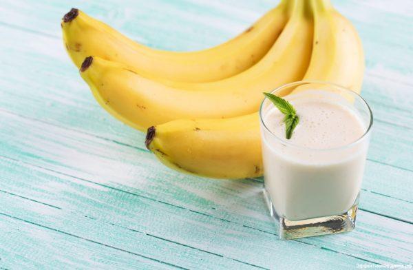 Бананы и стакан молока