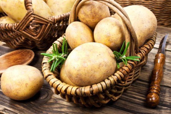 Картофельв корзине и нож