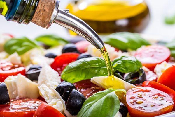 Добавление масла в салат