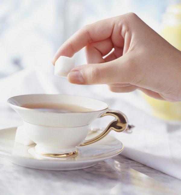 Добавление сахара в чай