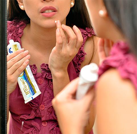 Девушка наносит зубную пасту на лицо