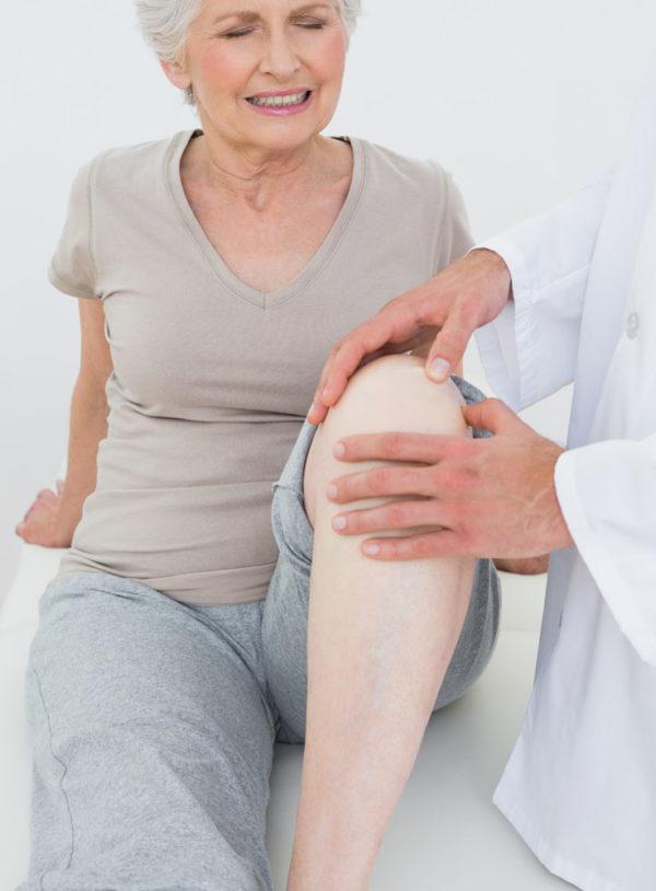 Боль в колене у женщины
