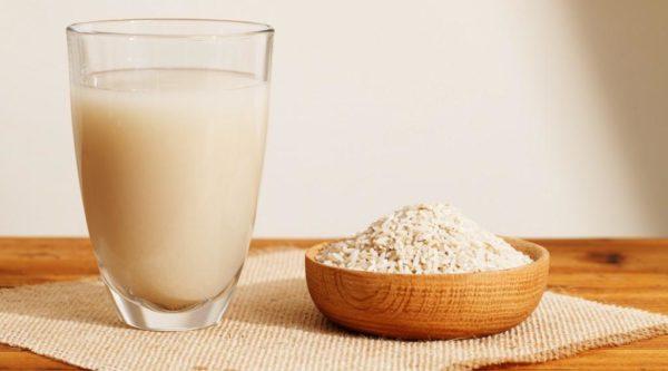 Рисовая вода и зёрна в чашке