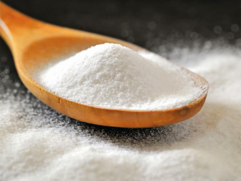 Сода в деревянной ложке