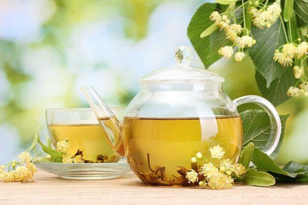 Чай в чайнике и чашке с липовым цветом