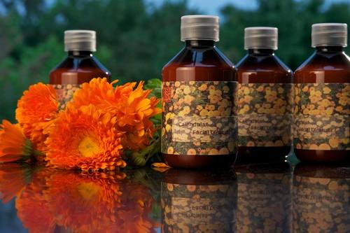 Цветы и бутылочки с препаратами календулы