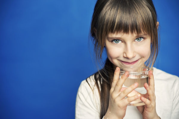 Девочка пьёт воду