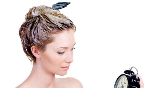 Девушка делает маску для волос