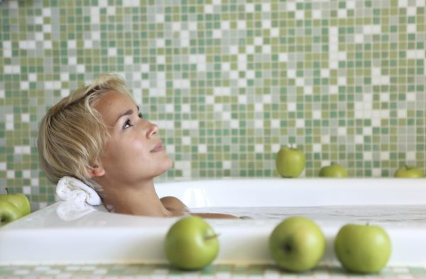 Девушка принимает целебную ванну