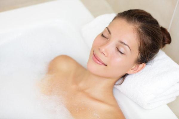 Девушка принимает солевую ванну