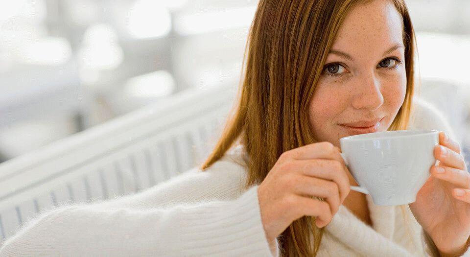 Картинки девушка чай пьет
