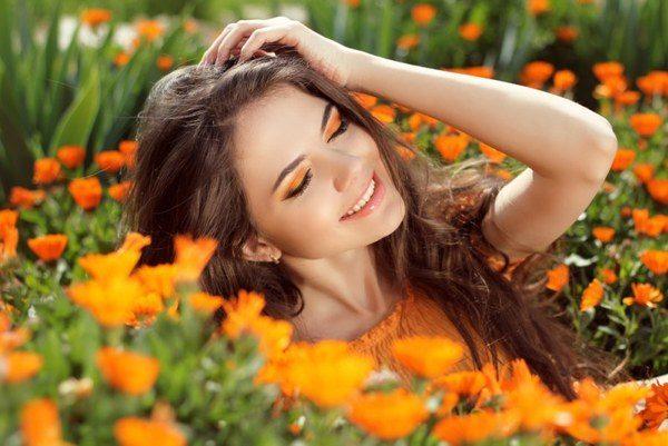 Девушка среди цветов календулы