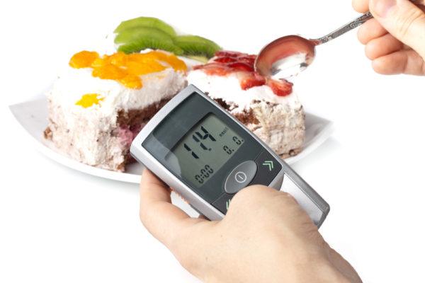 Измерение уровня сахара на фоне тортика