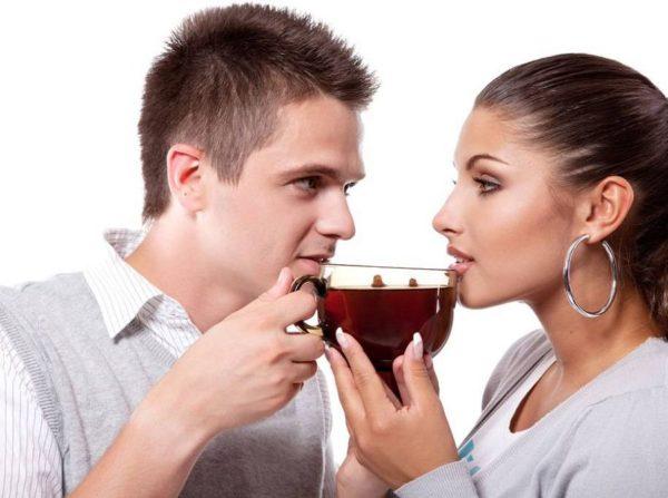 Мужчина и девушка пьют чай