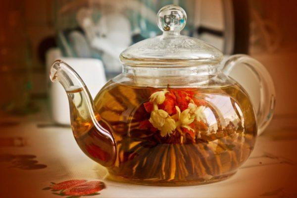 Прозрачный чайник с чаем