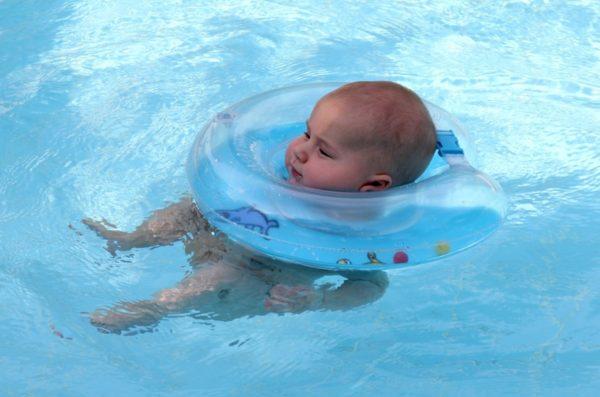 Ребёнок купается в море