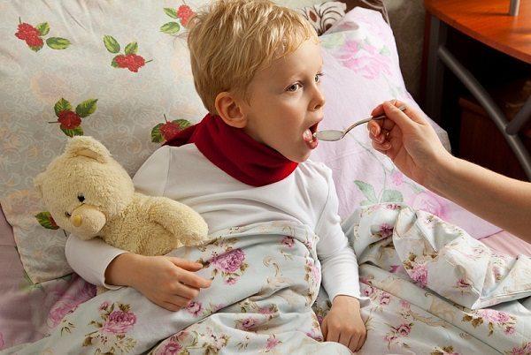 Ребёнок пьёт сироп от кашля