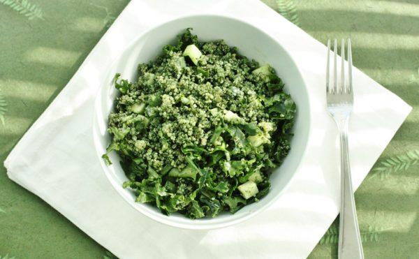 Салат в тарелке с вилкой
