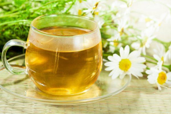 Зелёный чай и цветы ромашки