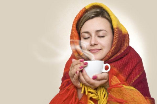 Девушка держит в руках молоко с содой