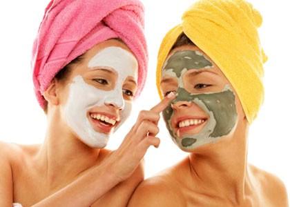 Две девушки делают лечебные маски