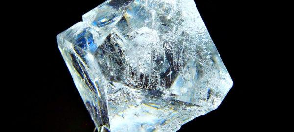 Крупный кристалл соли
