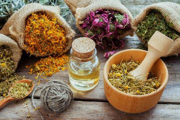 Лекарственные травы в мешочках и ступке