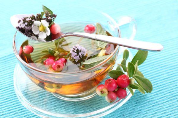 Лекарственный настой с травами и ягодами