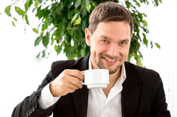 Мужчина пьёт чай