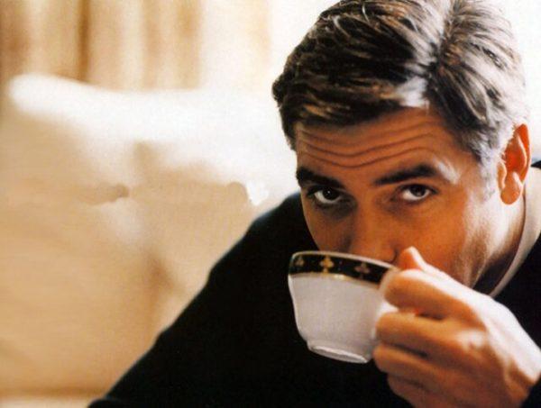 Мужчина пьёт отвар шиповника