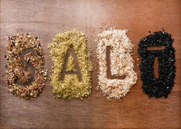 Надпись salt на разных сортах морской соли