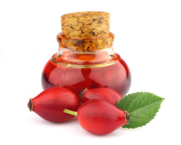 Пузырёк с настойкой и ягоды шиповника