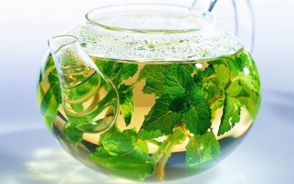 Травяной чай в стеклянном чайничке