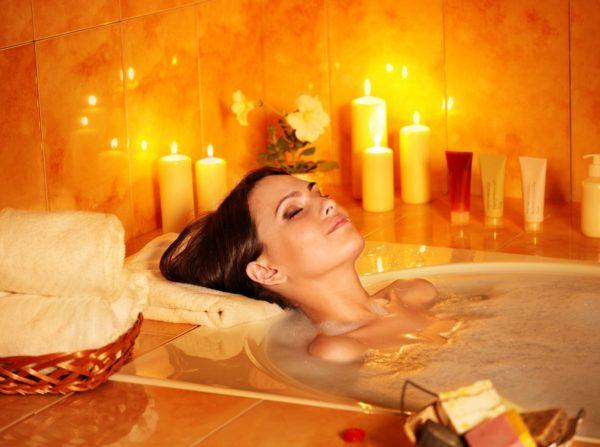 Девушка принимает ванну при свечах