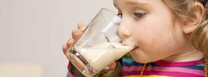 женщина пьет молоко