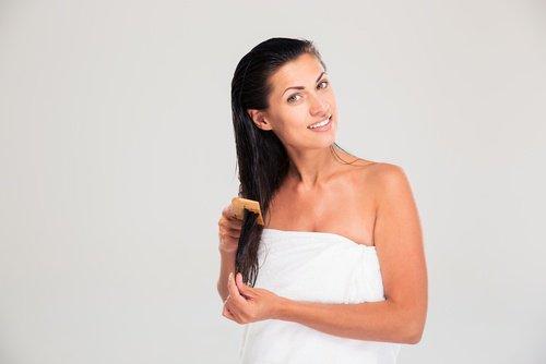 Девушка с мокрыми длинными волосами