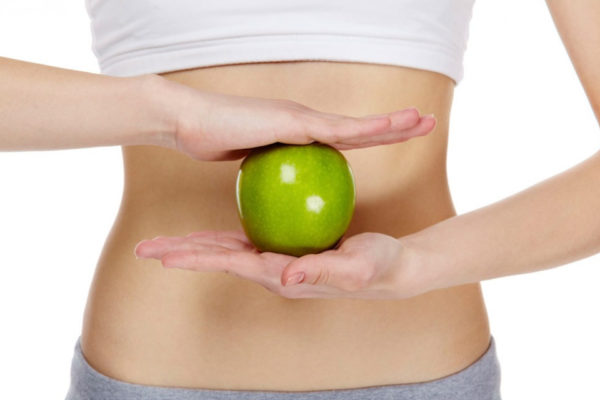 Девушка держит в руках яблоко