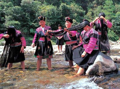 Китаянки на берегу реки