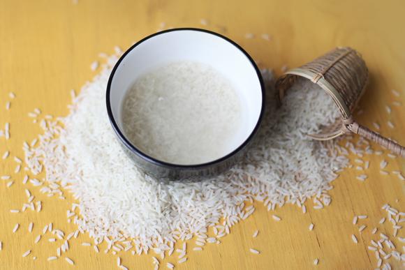 Рис и отвар на столе и в миске